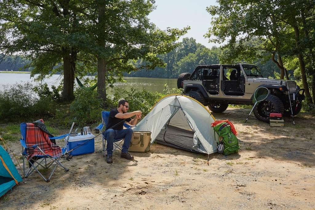 overlanding_off-roading_camping_Jeep_tent_lake